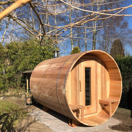 Barrel sauna saunabarrel in een tuin te Deinze